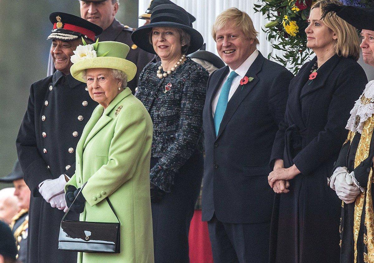 Boris Johnson s Thereseou Mayovou a královnou Alžbětou II.
