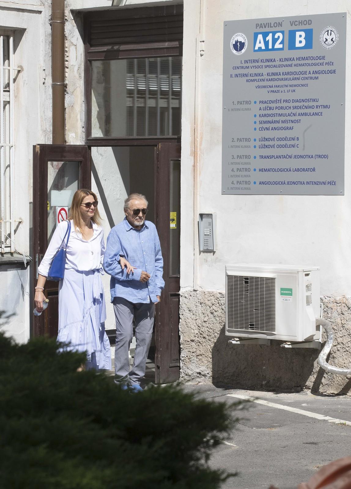 Karel Gott odchází z nemocnice