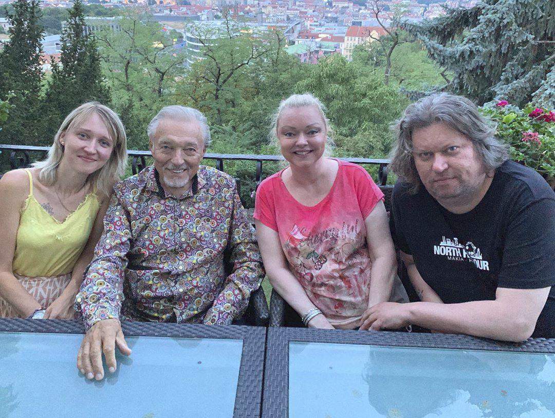 Karel Gott s dcerami a Dominičiným manželem Timem.