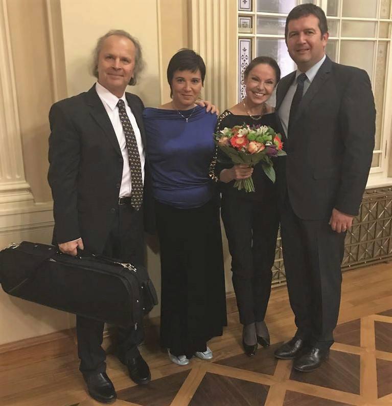 Jan Hamáček (vpravo) s manželkou Kamilou (v modrém) s houslovým virtuosem Václavem Hudečkem a jeho chotí (s kyticí)
