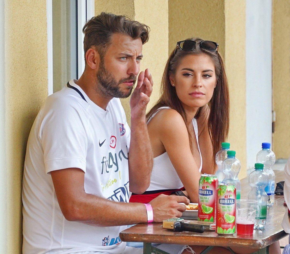 Ondřej Pavelec s partnerkou Terezou Budkovou během exhibičního fotbalového zápasu