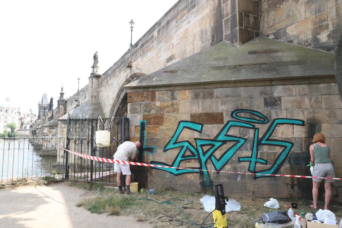 Miloslav Černý byl šokovaný tím, jak restaurátor odstraňuje sprej z mostu.