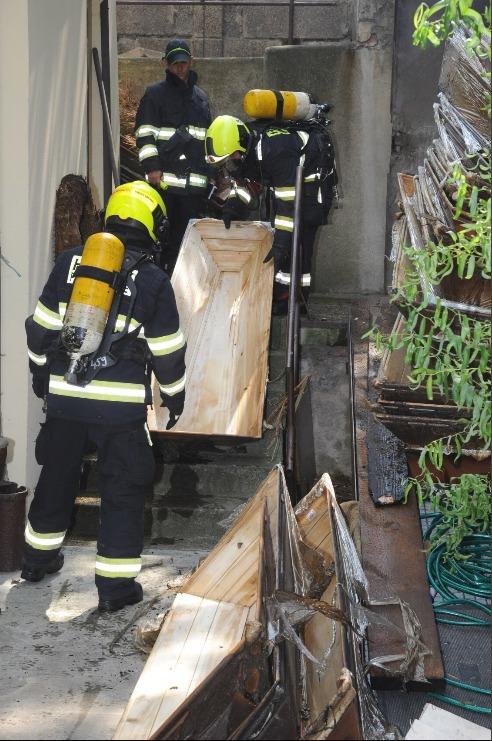V sobotu po poledni museli pražští hasiči zasahovat u požáru skladu s rakvemi v pražských Vršovicích.