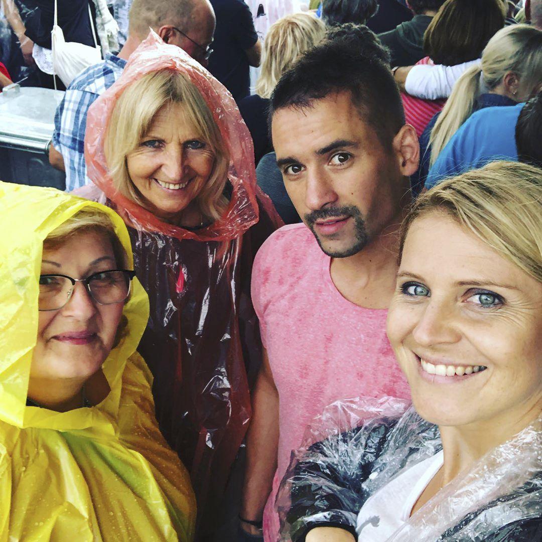 Tomáš Plekanec s maminkou Květou (vlevo dole) a Lucie Šafářová s mamkou Janou vyrazili na výlet do Hannoveru
