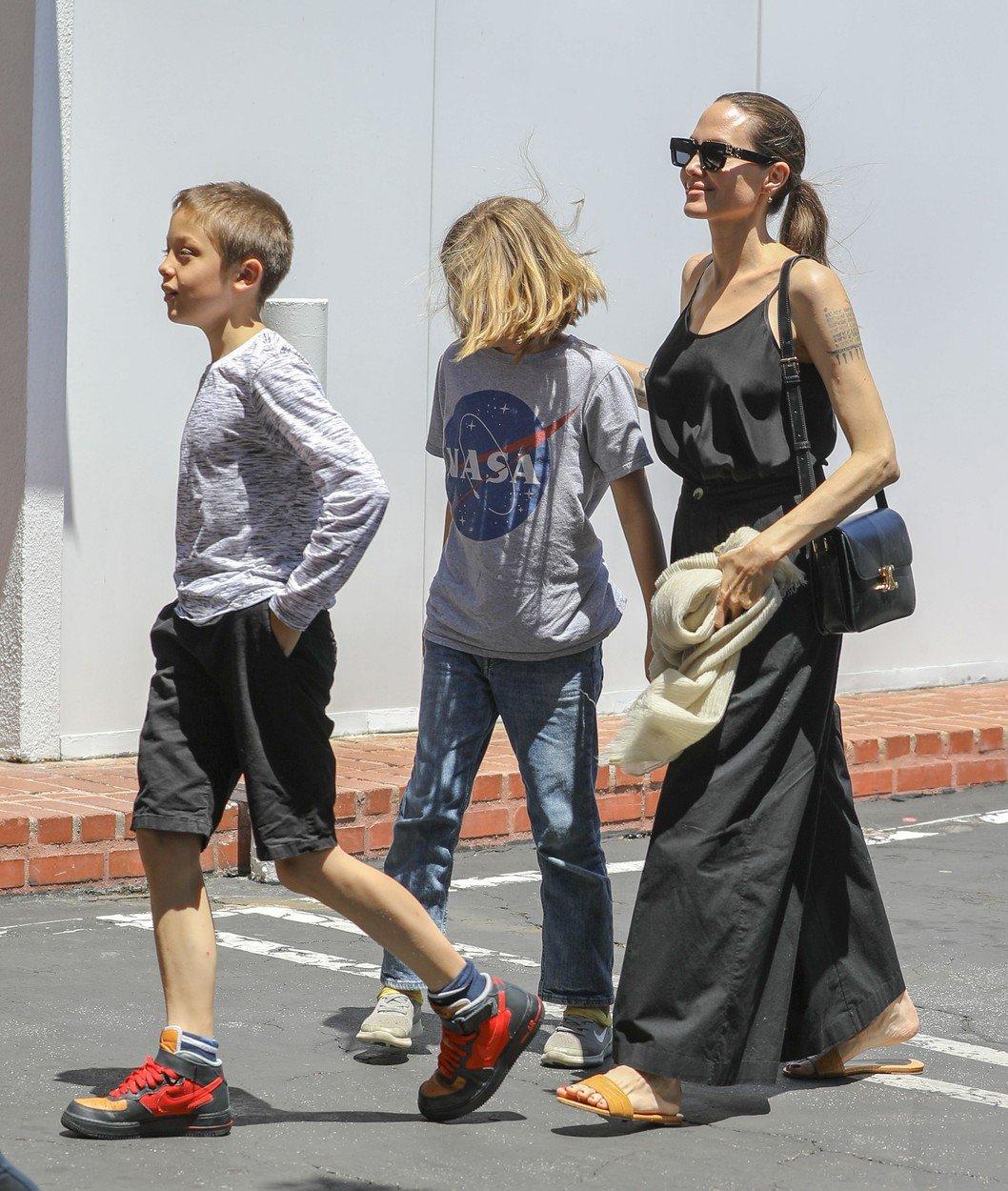 Po mastektomii se Angelina Jolie podprsenkami netrápí...