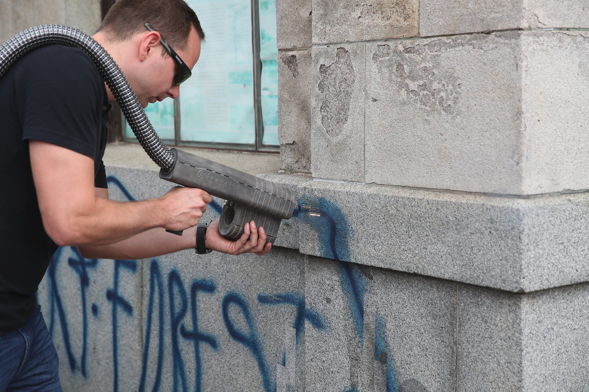Zbavovat se graffiti lze i laserem. Ten napadá pouze barvu, zeď nechá netknutou a dokonce je pak na dotek studená, jako by se předtím nic nestalo.