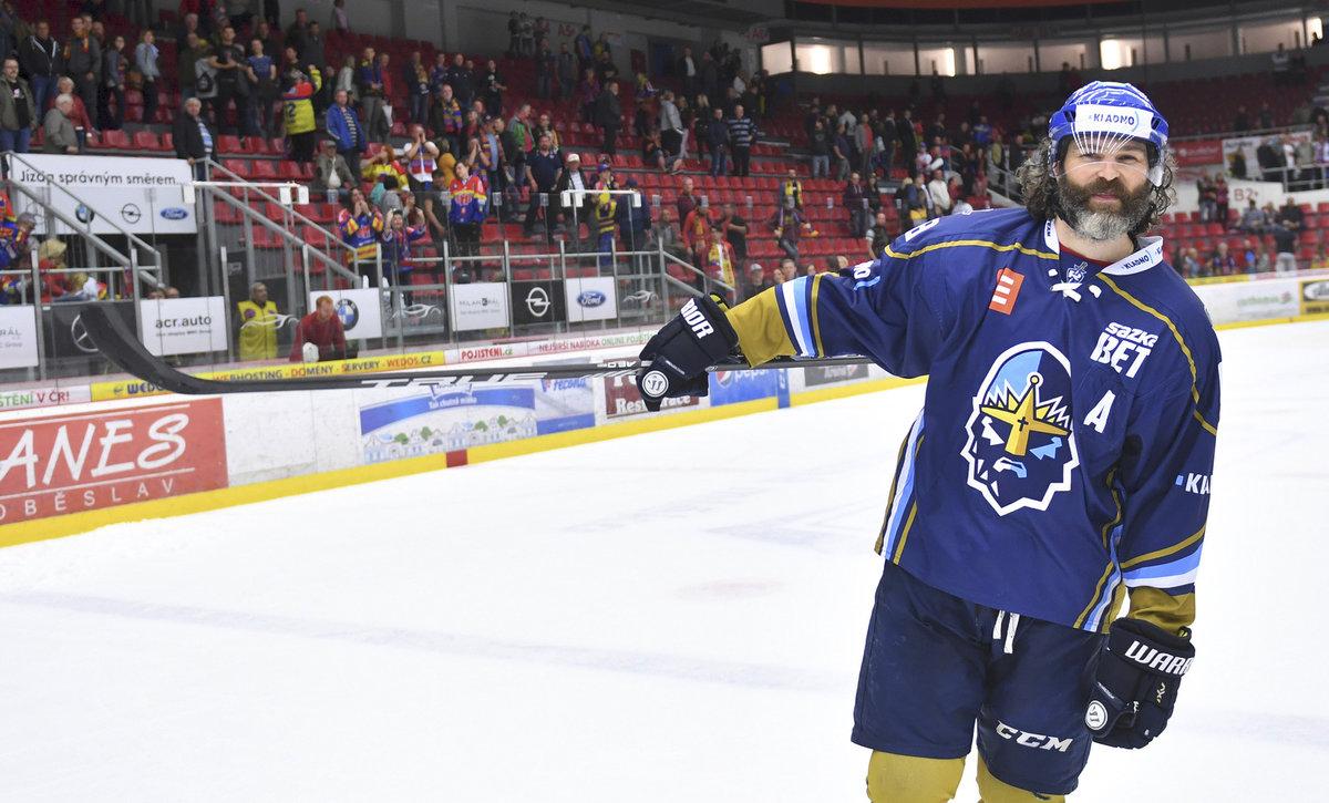 Jaromír Jágr je nejstarším mužem, který hraje v elitních hokejových ligách