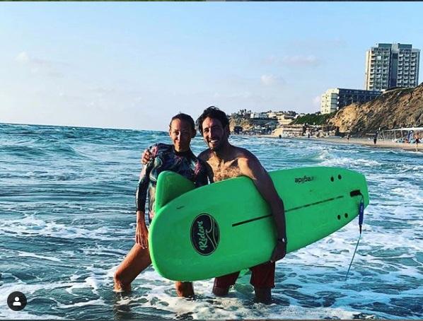 Agáta s učitelem surfování. Vyhledá jeho společnost i nyní?