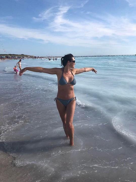 Barbora Kodetová v plavkách své dcery