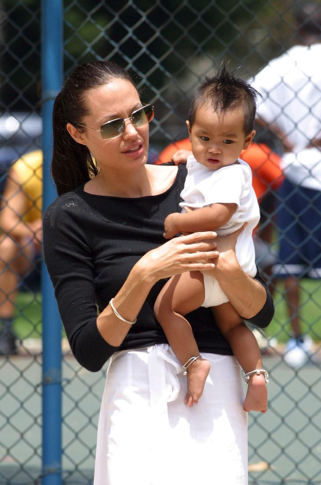 2002 Angelina s Maddoxem v náručí krátce poté, co si jej z Kambodže adoptovala.