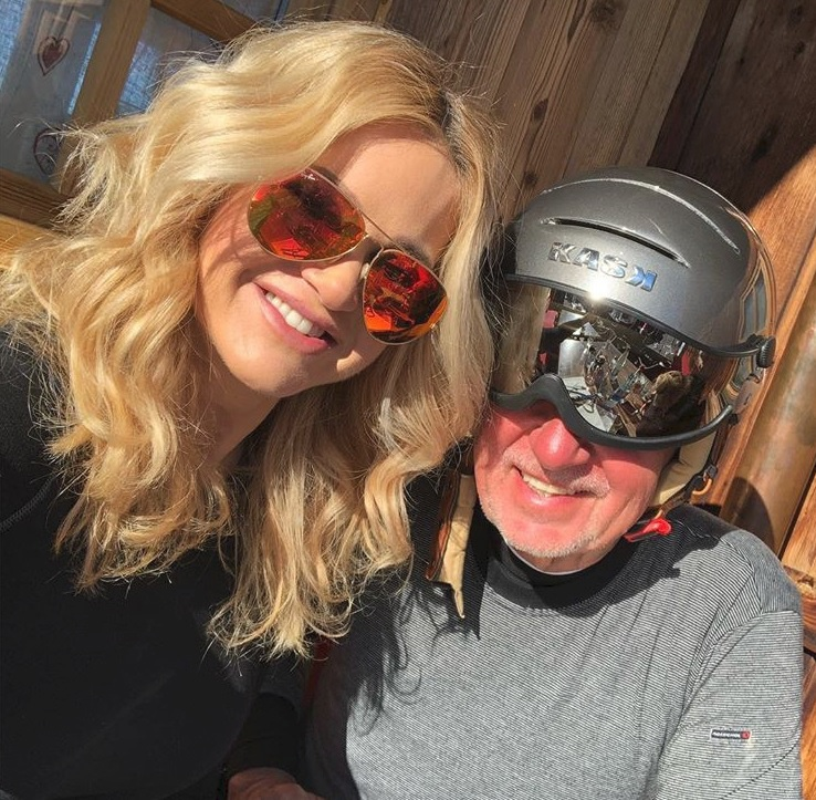 Babišovi na lyžích. Premiér asi nenašel sluneční brýle, tak si nechal lyžařské