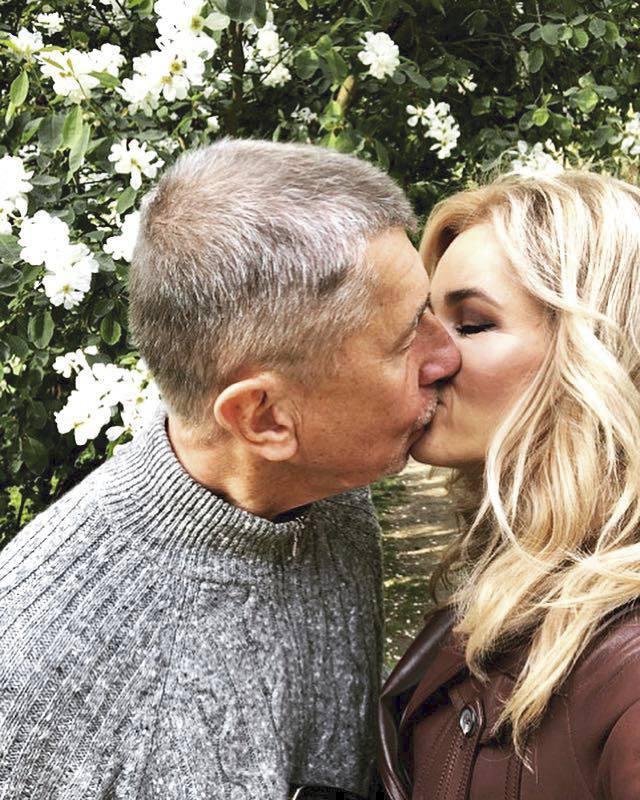 Prvomájový polibek premiéra Andreje Babiše a jeho ženy Moniky. Selfie jako důkaz