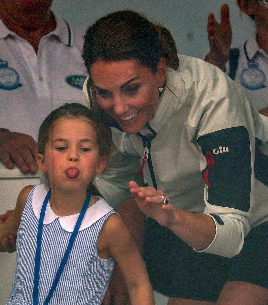 Princezna Charlotte je pěkné kvítko. Při závodě v plachtění vyplázla na fanoušky jazyk.