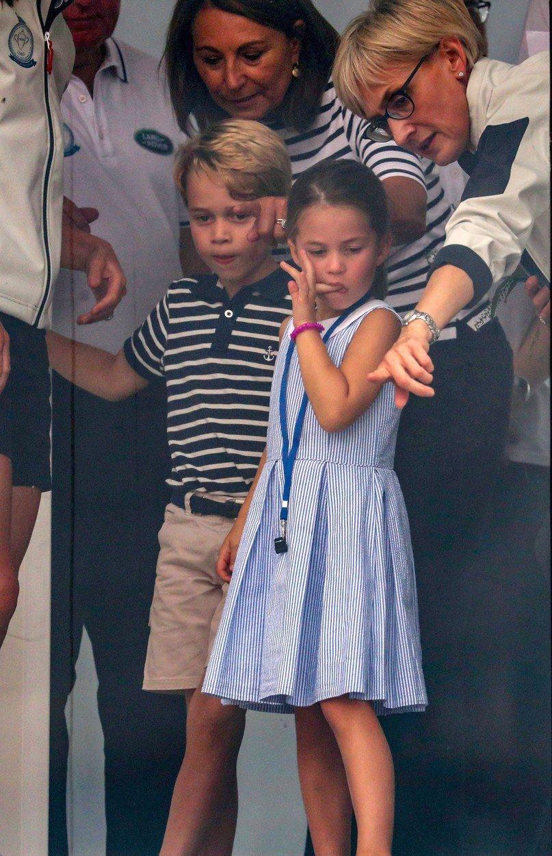 Princ George a princezna Charlotte fandili svým rodičům, kteří se účastnili charitativního závodu v plachtění.