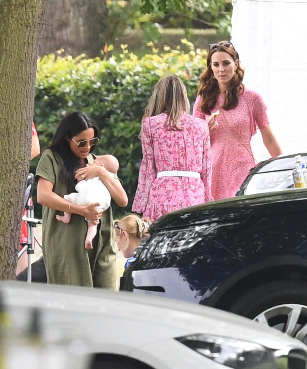 Meghan a Kate s dětmi.