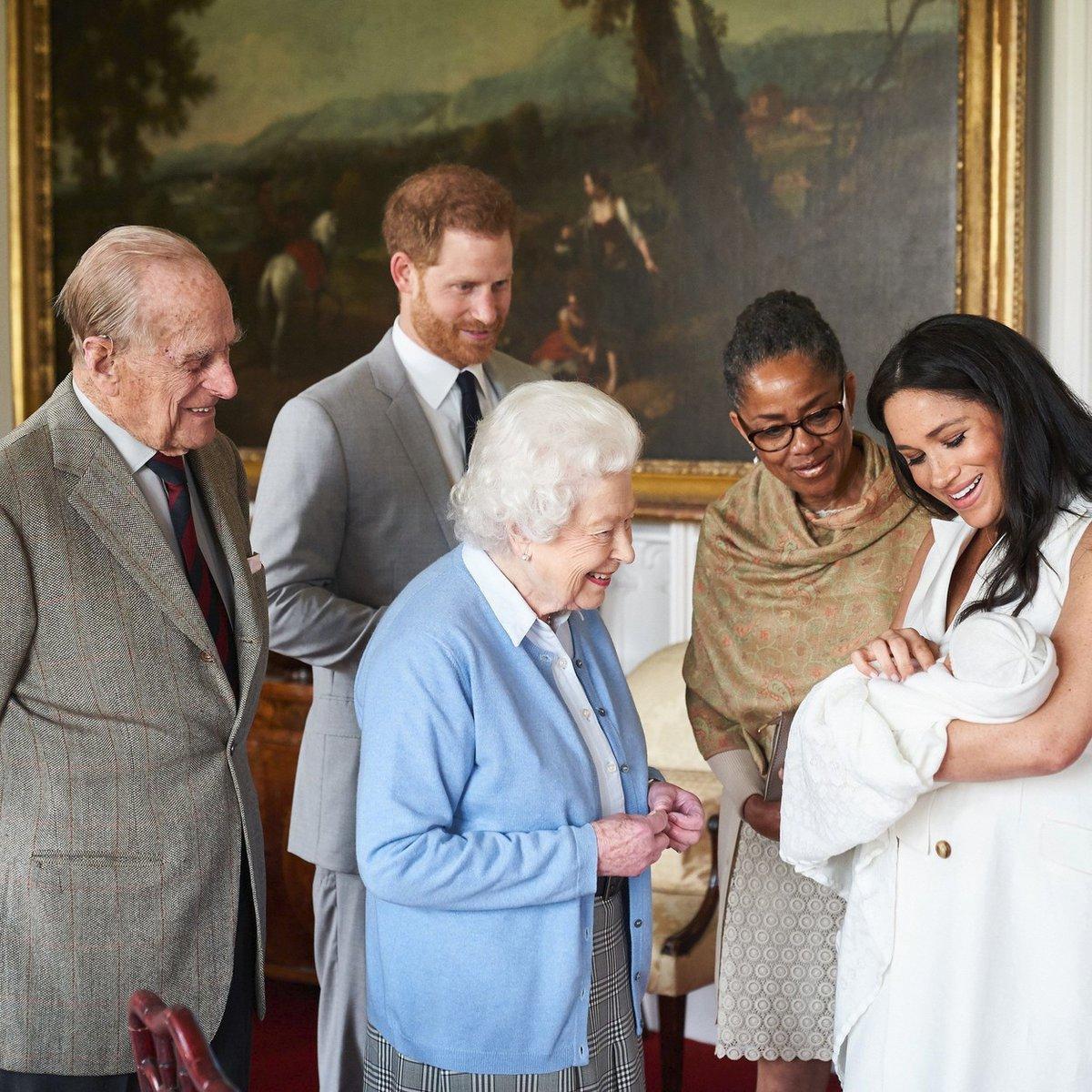 Královna Alžběta a princ Filip se seznamují s malým Archiem.