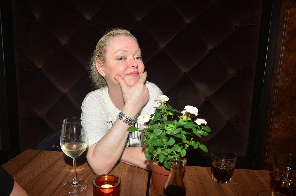 Dominika Gottová se sklenkou vína