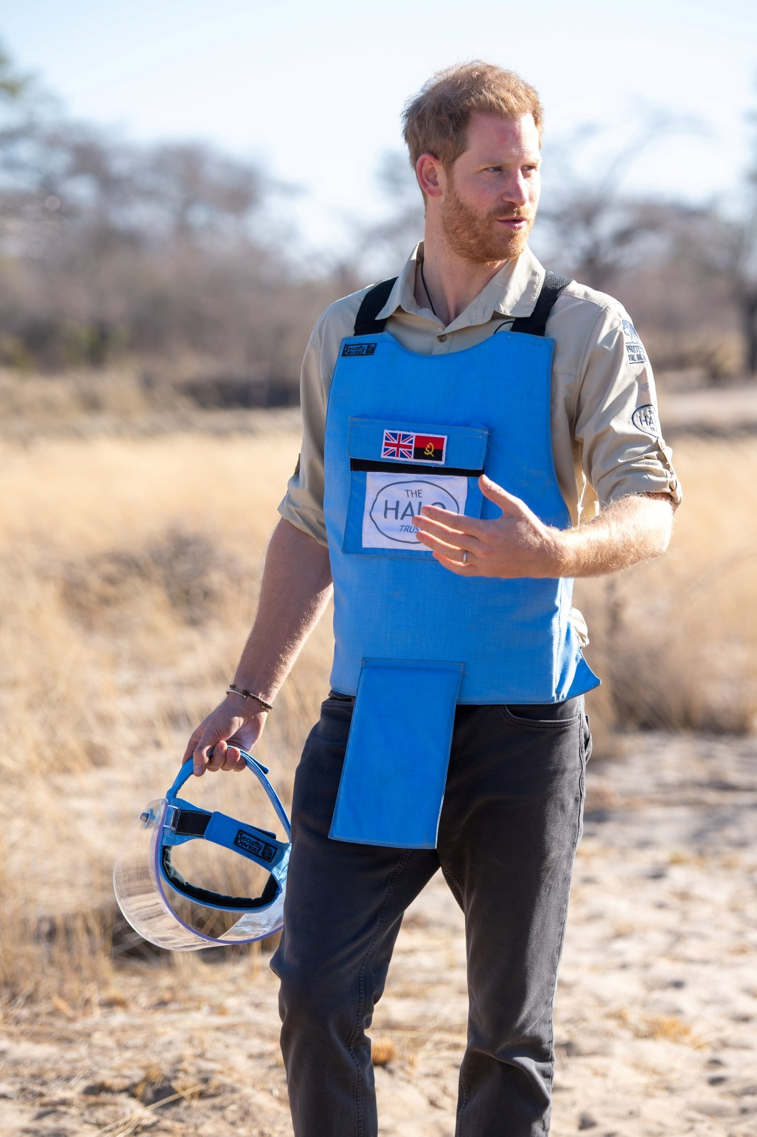 Princ Harry na minovém poli v Angole