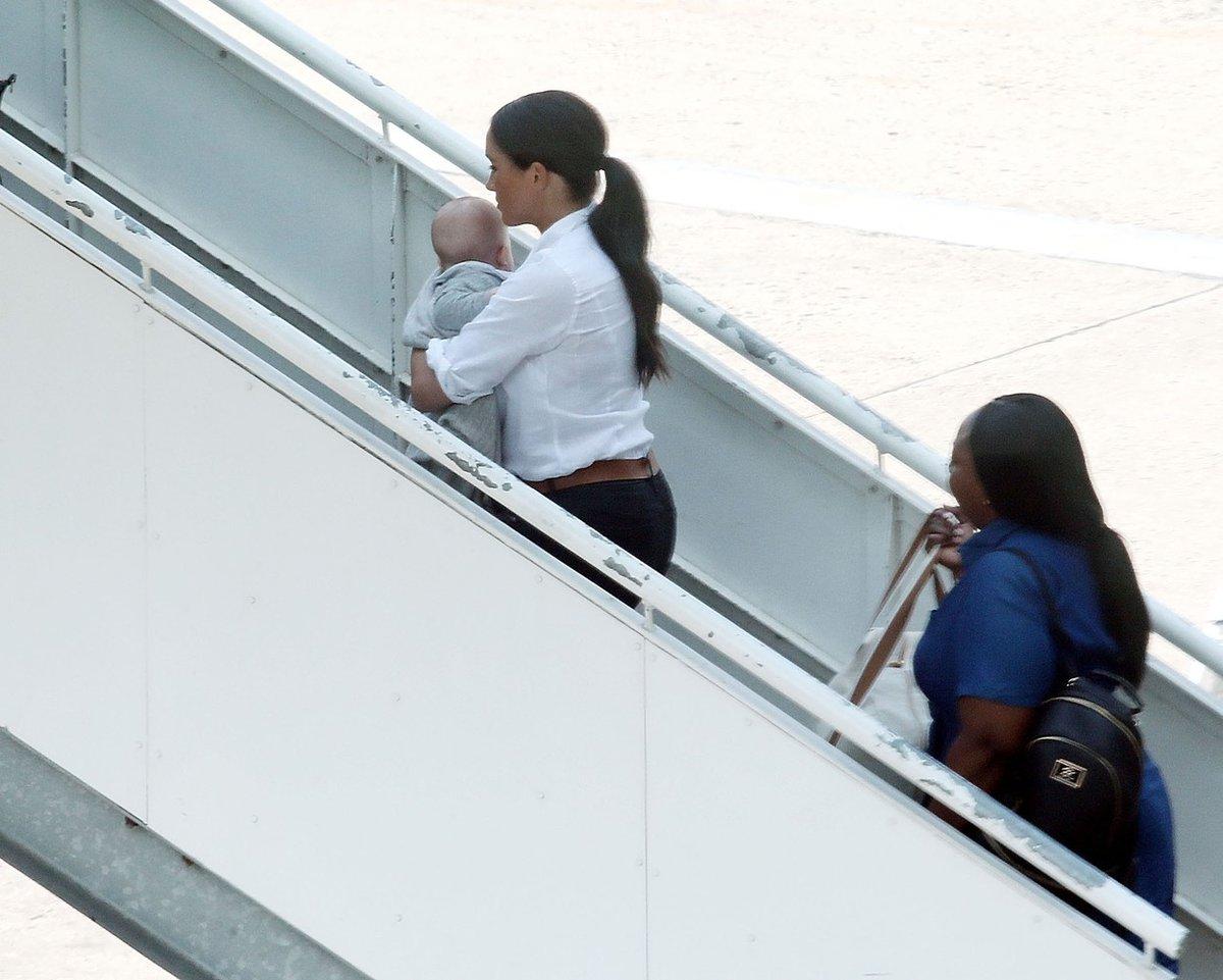 Vévodkyně Meghan s malým Archiem na letišti