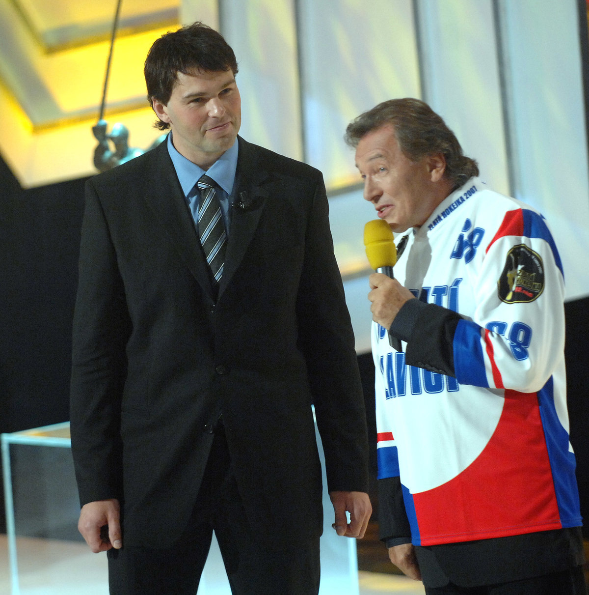 Jaromír Jágr sleduje Karla Gotta při vyhlášení ankety Zlatá hokejka v roce 2007