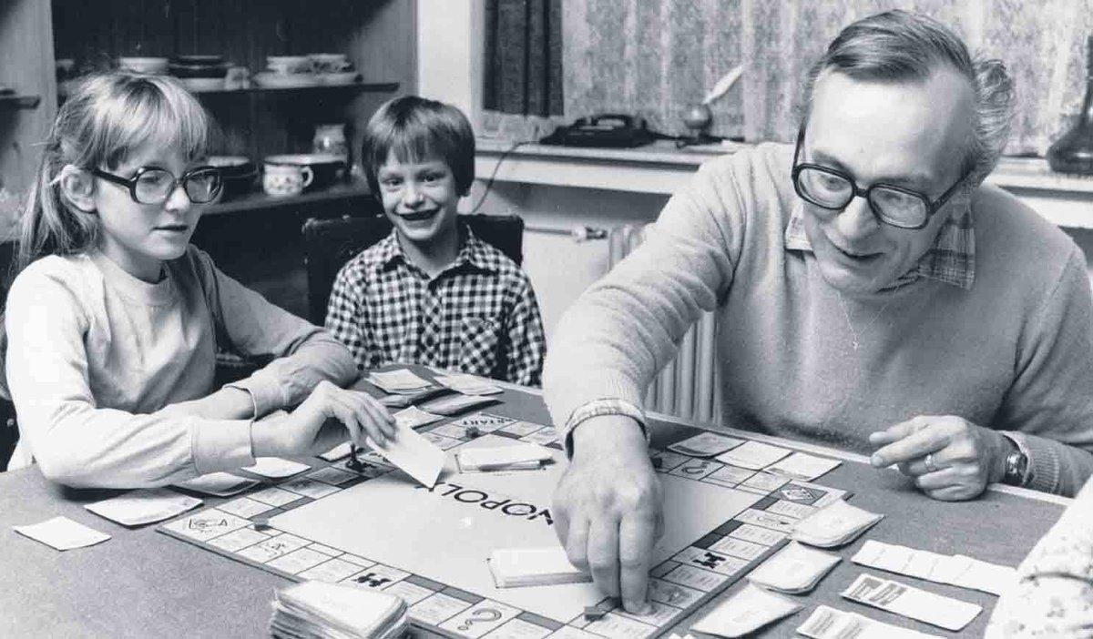 Vášnivý hráč - Jaroslav Dietl hrál všechny hry s vášní a pokaždé chtěl vyhrát. Doma tak hrál šachy, kostky i monopoly. Ty prý musel pašovat z Němcka, protože u nás byly považovány za kapitalistickou hru.