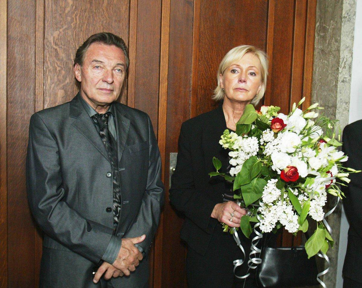 Karel Gott s Helenou Vondráčkovou na pohřbu kamaráda Karla Štědrého