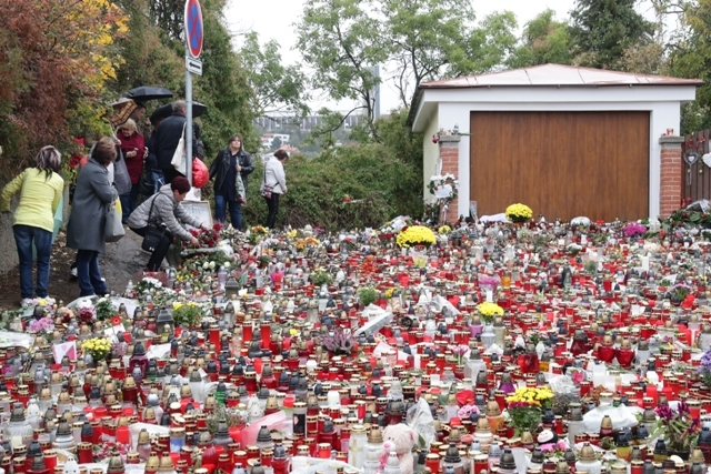 I když poslední rozloučení probíhá s Karlem Gottem na Žofíně, lidé stále přicházejí také na Bertramku.