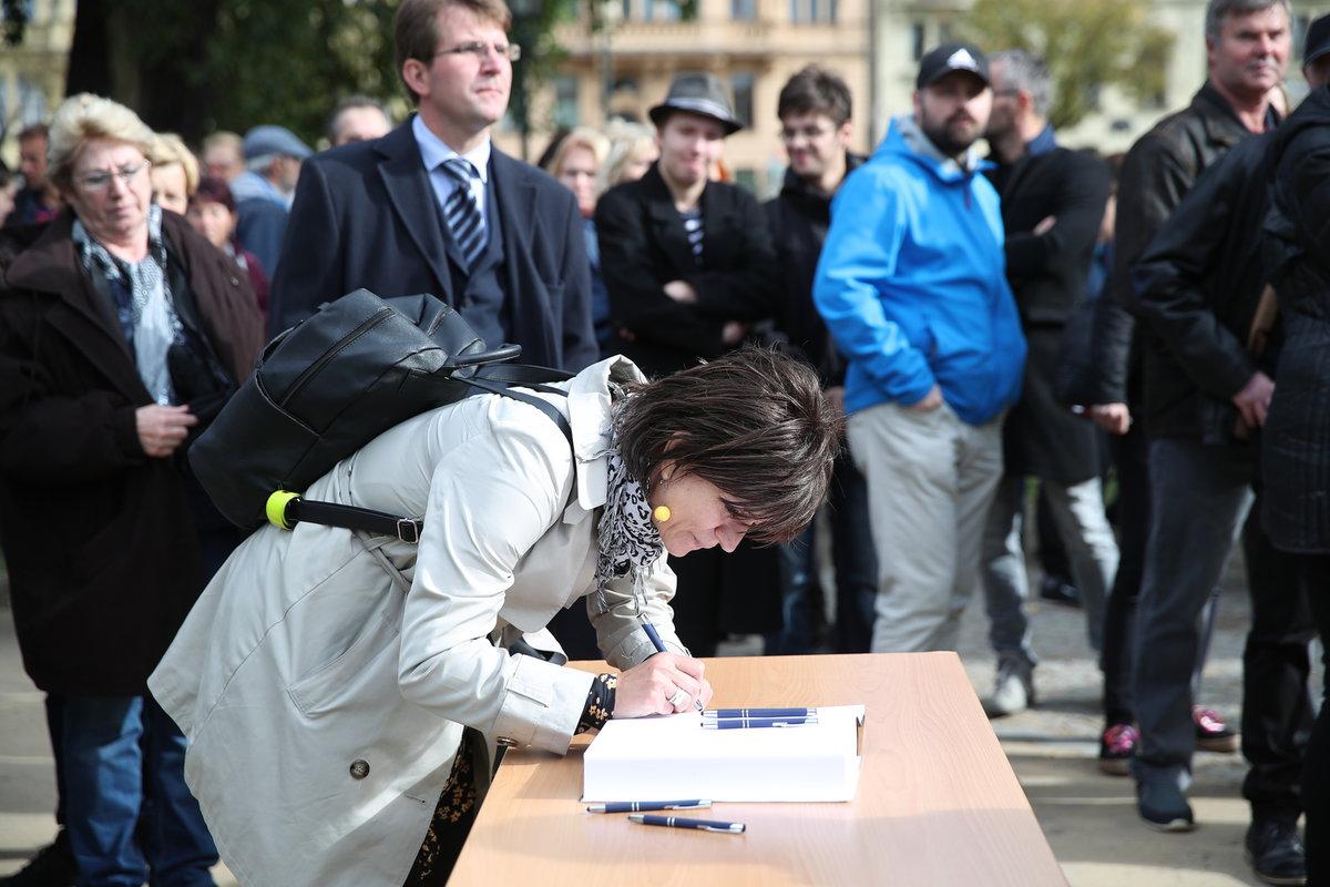 Na možnost zápisu do kondolenční knihy stáli lidé fronty desítky minut.