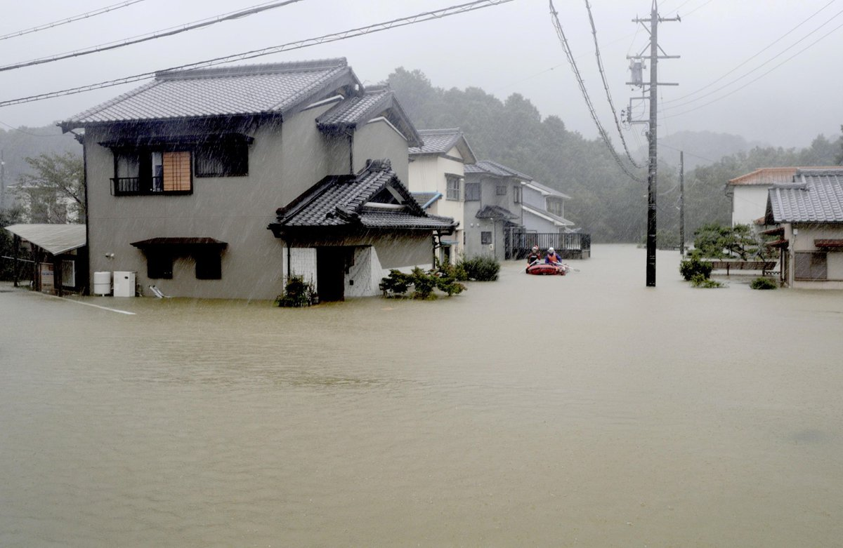 Silný tajfun Hagibis se přiblížil k východním břehům Japonska, metropoli Tokio a její okolí bičuje prudký déšť, ulice jsou vylidněné a obchody zavřené. (12.10.2019)