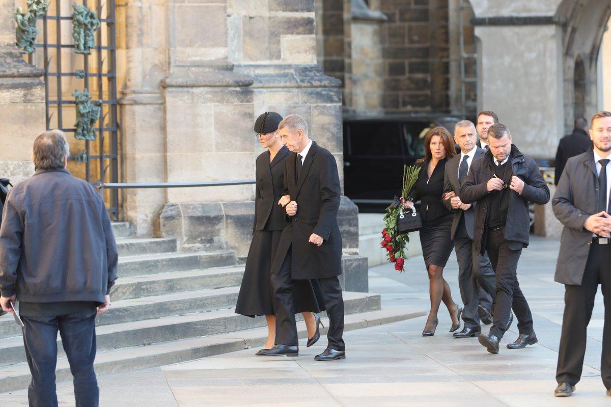 Premiér Andrej Babiš s manželkou Monikou na zádušní mši za Karla Gotta.