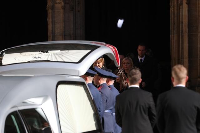 Krátce po mši byla hradní stráží rakev odnesena do přistaveného vozu. Za rakví šla Ivana Gottová s rodinou.