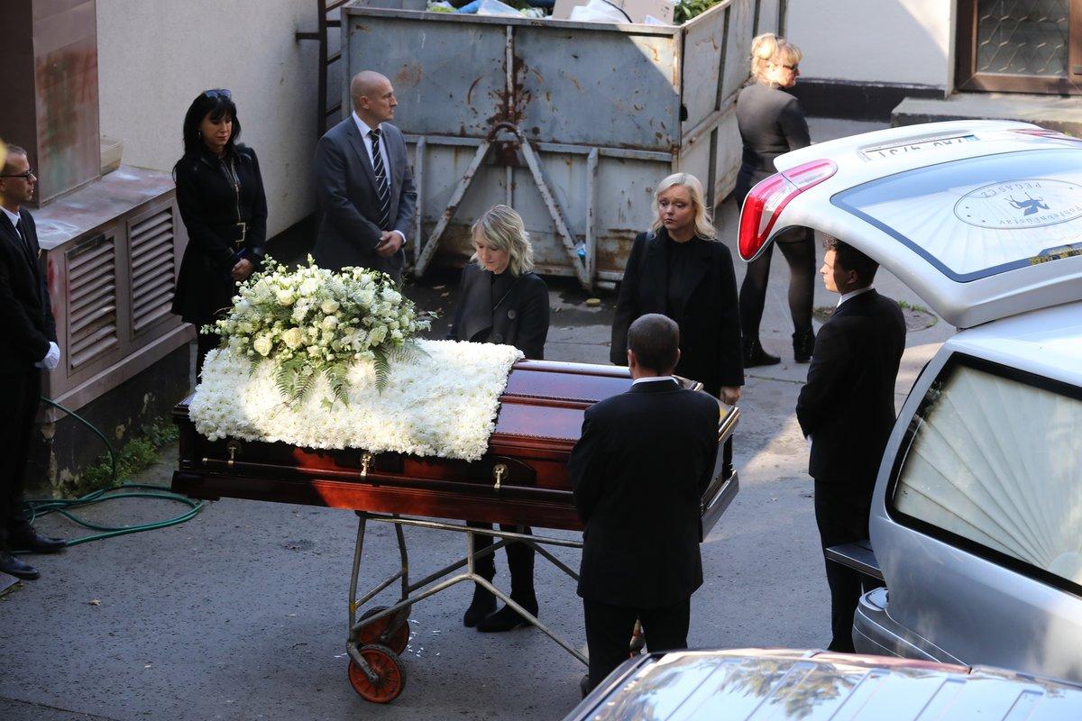 Poslední loučení s Karlem Gottem na dvoře krematoria v Motole