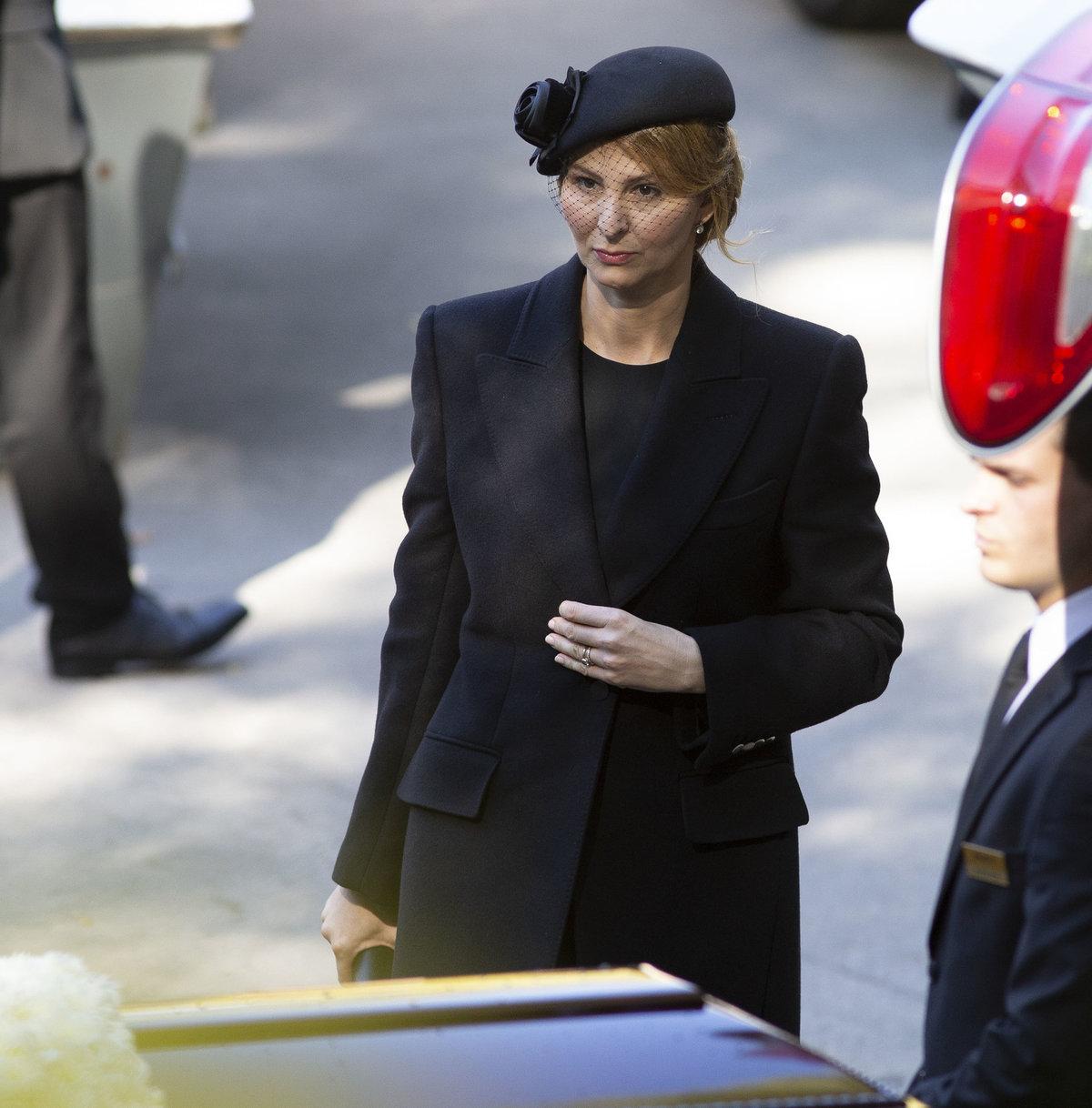 Poslední rozloučení s Karlem Gottem na dvoře krematoria v Motole
