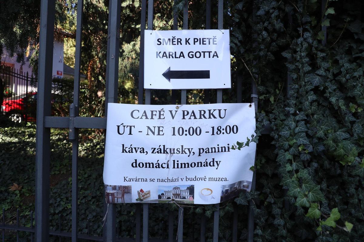 Druhé pietní místo za Karla Gotta: Zahrada Kinských v sobotu odpoledne