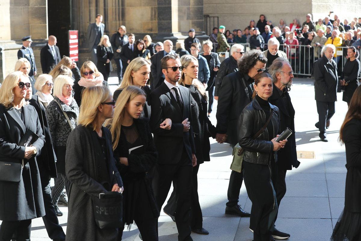 Tenista Radek Štěpánek s manželkou Nicole Vaidišovou opuštějí chrám sv. víta, Václava a Vojtěcha po zádušní mši za Karla Gotta