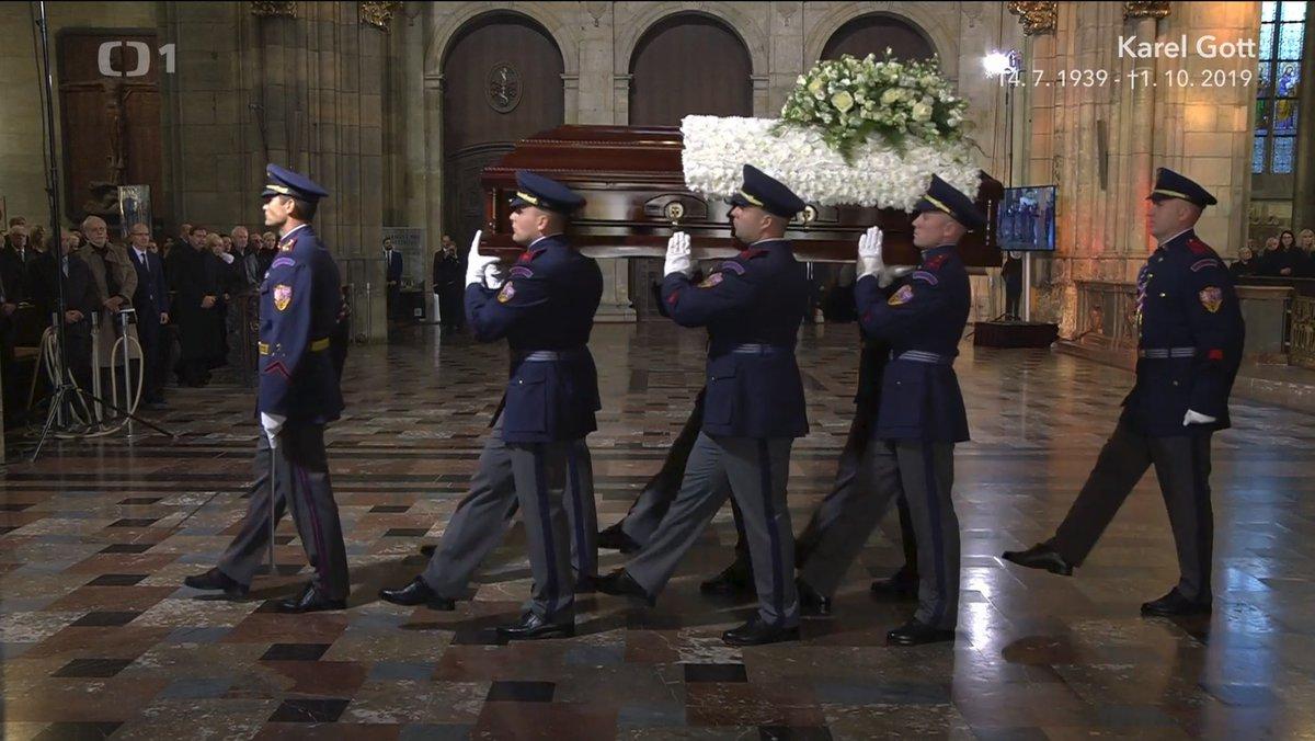 Květiny zdobenou truhlu neslo šest statných mužů.