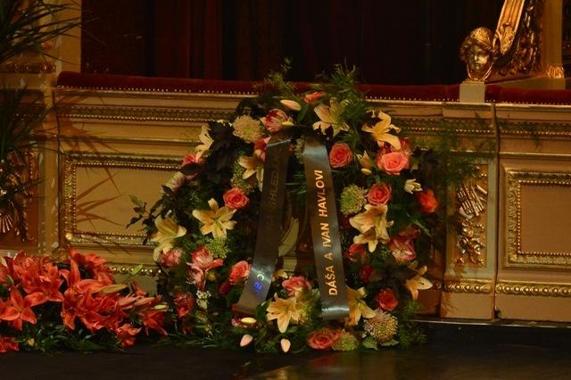 Pohřeb Vlasty Chramostové v Národním divadle. Kolem rakve byla záplava věnců.