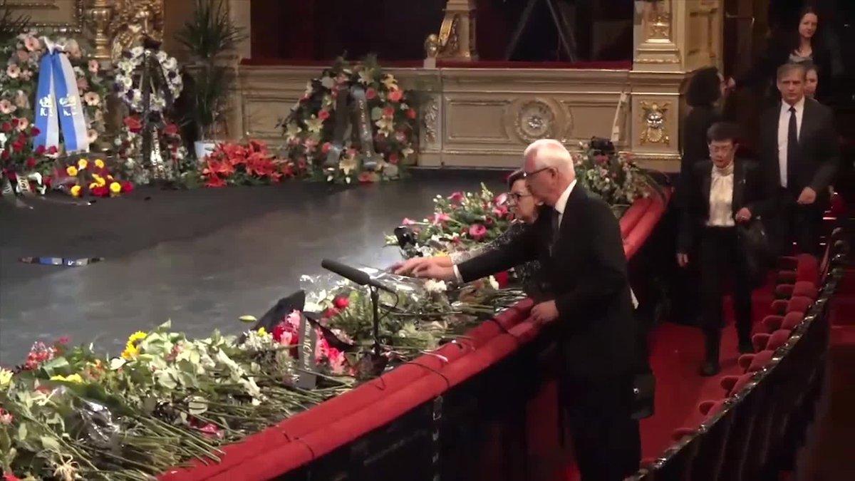 Příchod hostů na pohřeb Vlasty Chramostové