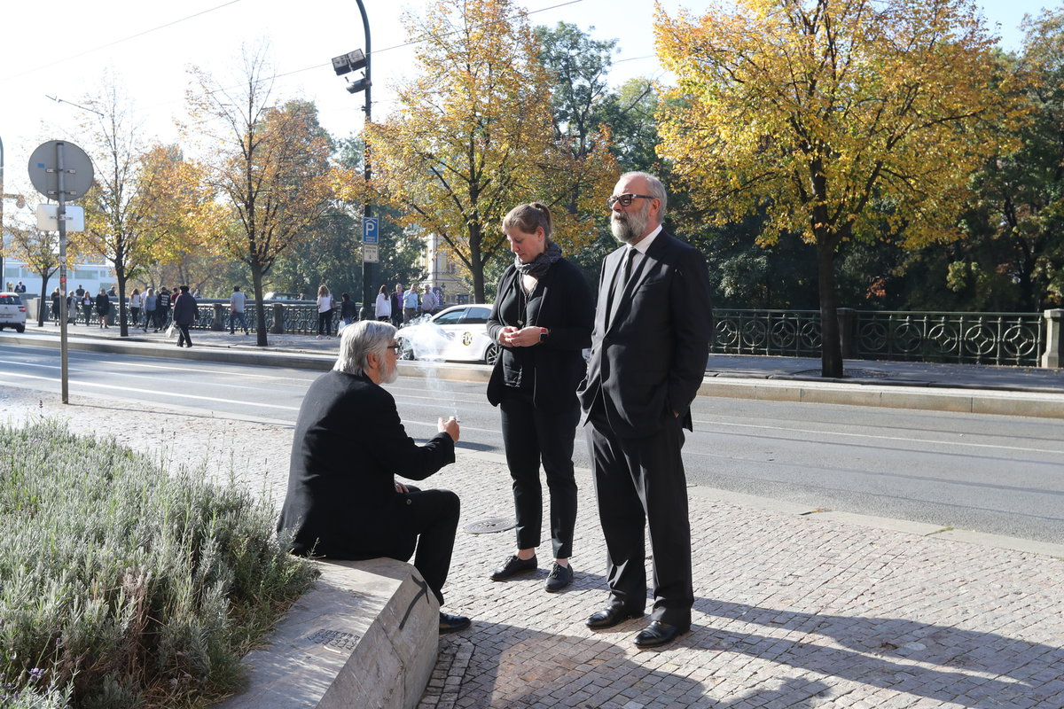 Jiří Bartoška na pohřbu Vlasty Chramostové