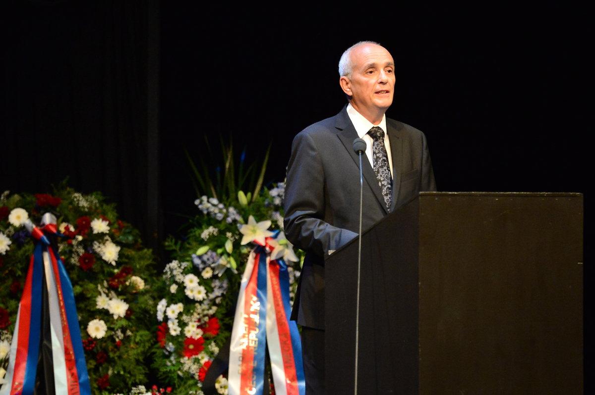 Ředitel Národního divadla Jan Burian na pohřbu Vlasty Chramostové