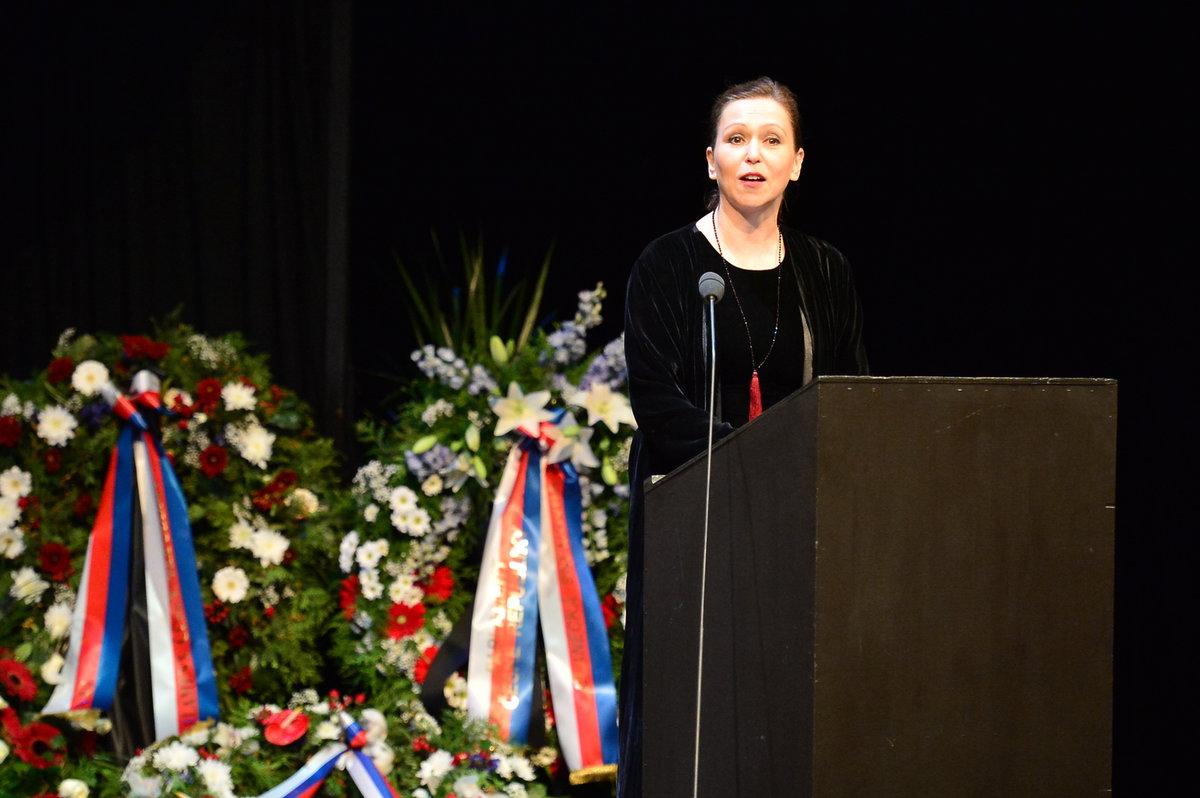 Zuzana Stivínová na pohřbu Vlasty Chramostové