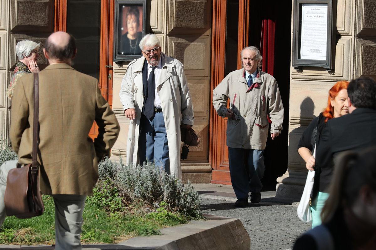 Herci a politici již opouští Národní divadlo