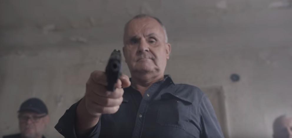 Jožo Ráž v drsném videoklipu míří pistolí na novináře