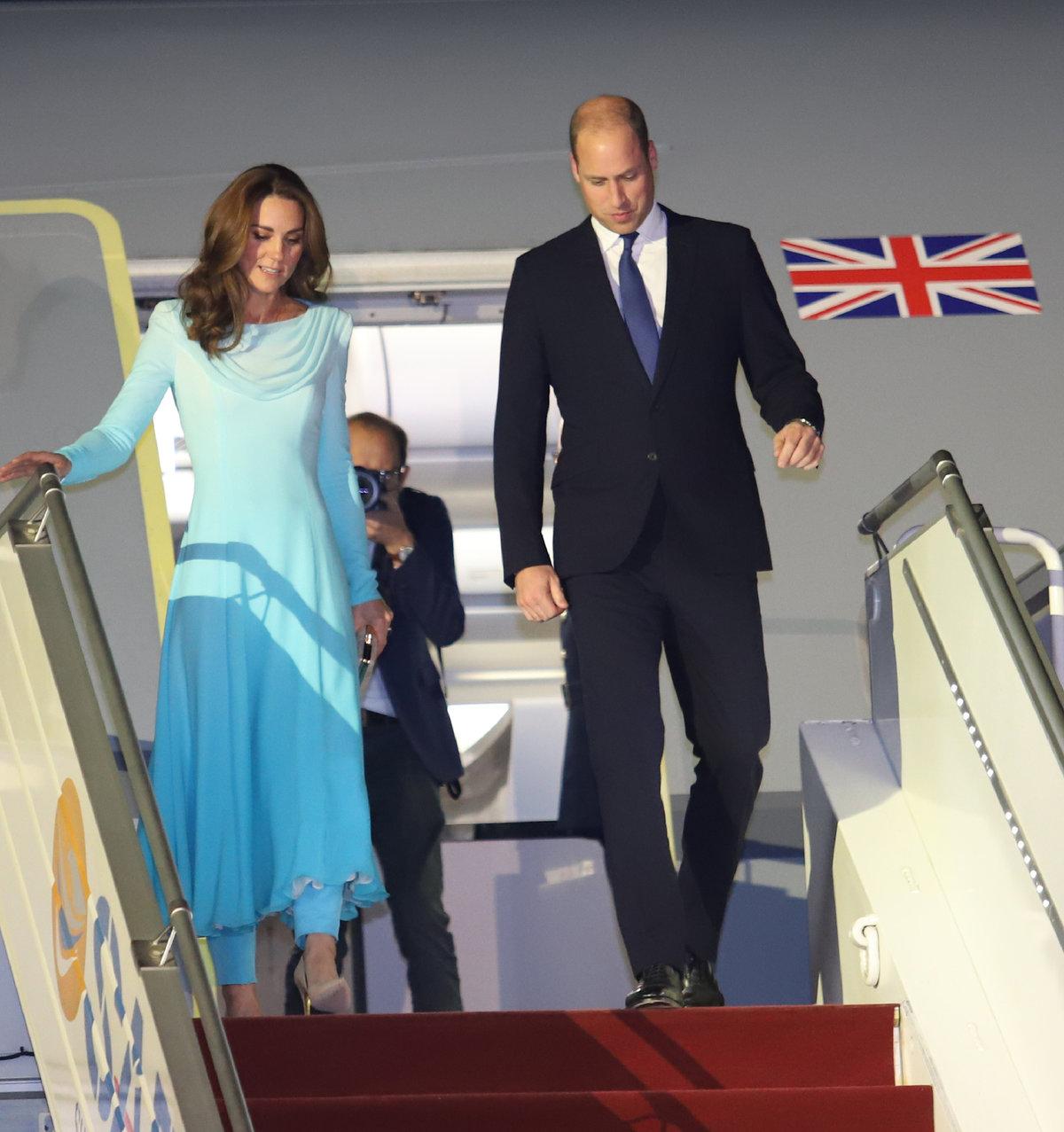 Kate s Williamem po příletu do Pákistánu: Vévodkyně byla nápadně podobná zesnulé Lady Dianě