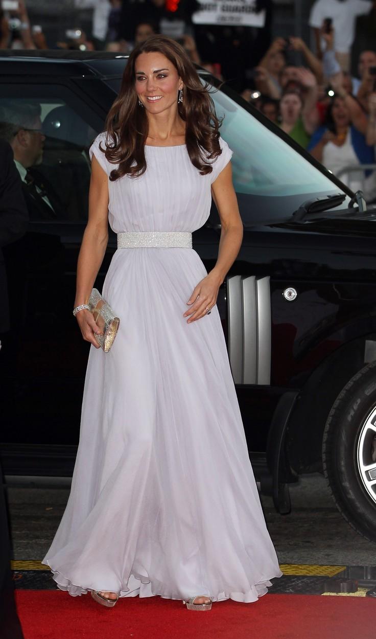 Vévodkyně Kate na BAFTA v šatech Alexander McQueen (červenec 2011)
