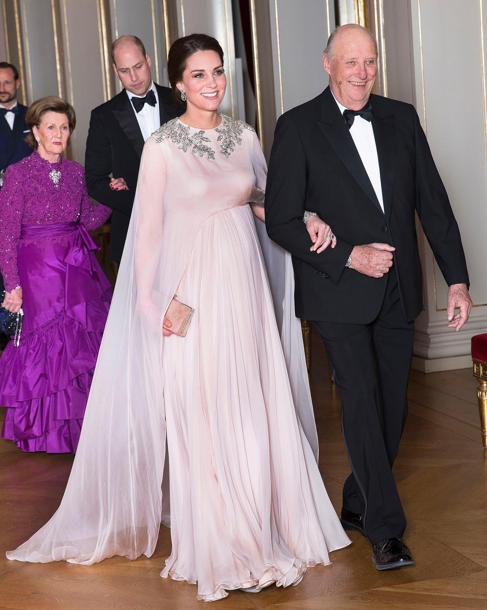 Vévodkyně Kate na galavečeři v Oslu v šatech Alexander McQueen