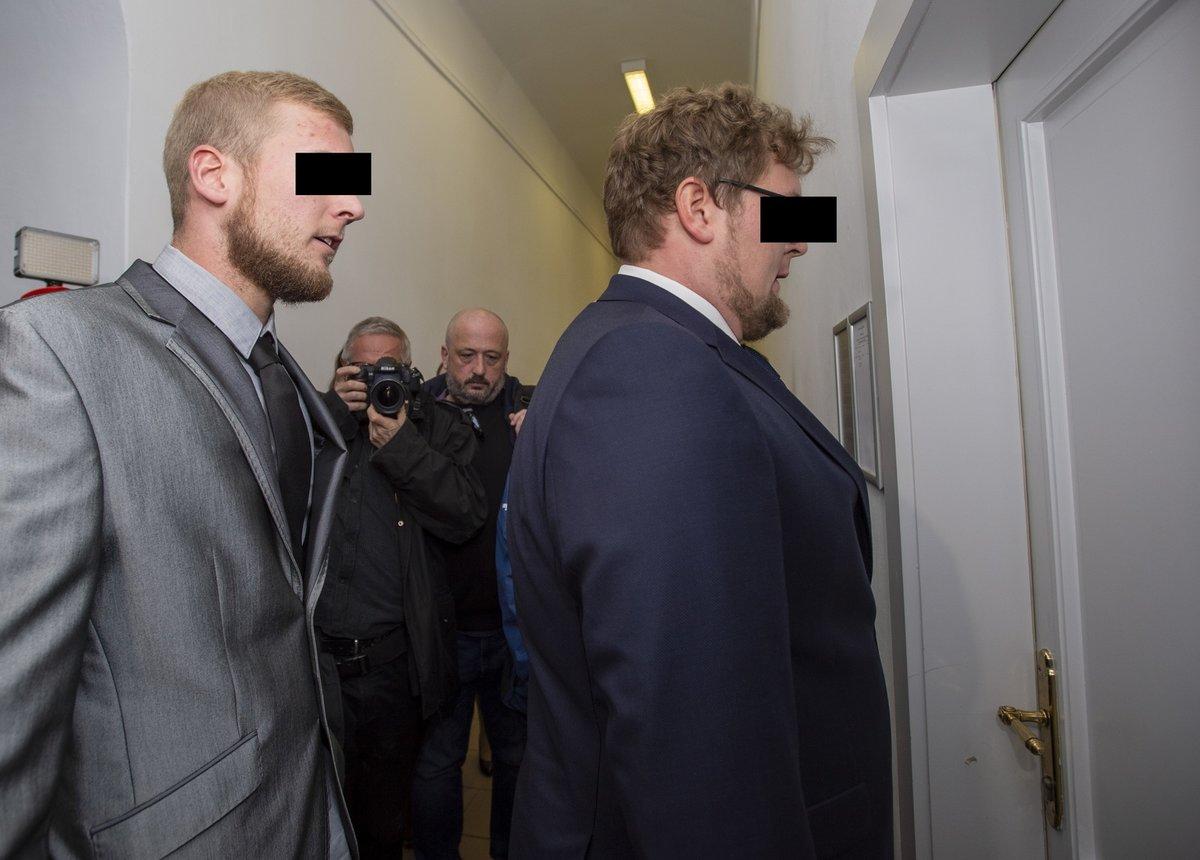 Soud s německými bratry, kteří čelí obvinění z posprejování Karlova mostu.