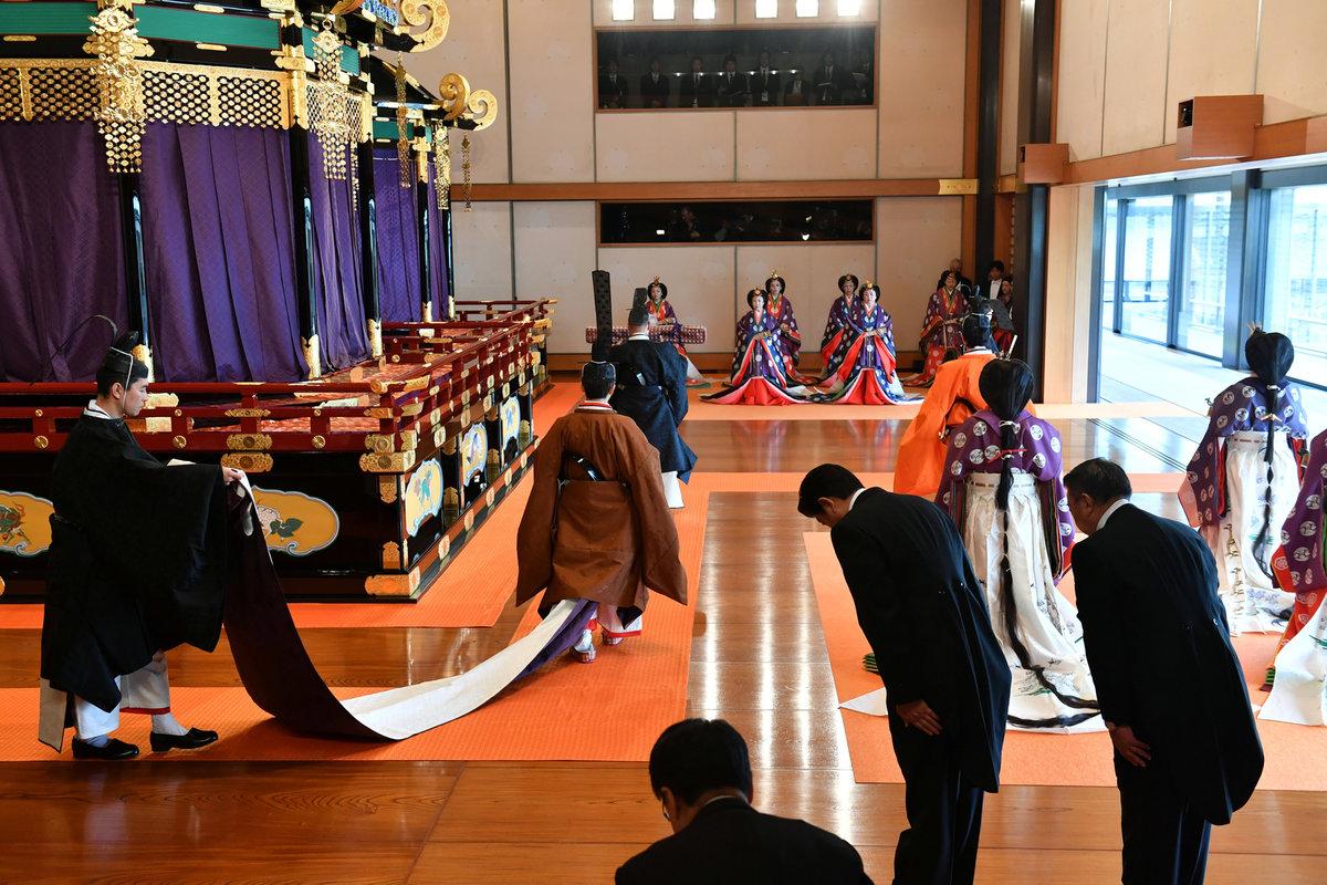 Nový japonský císař Naruhito byl oficiálně uveden na trůn.