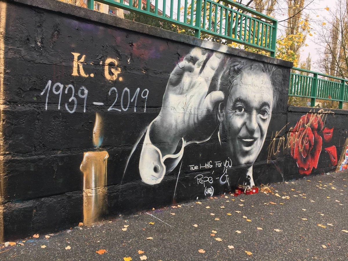 Graffiti Karla Gotta se objevilo na zdi v Lidické ulici v Plzni.