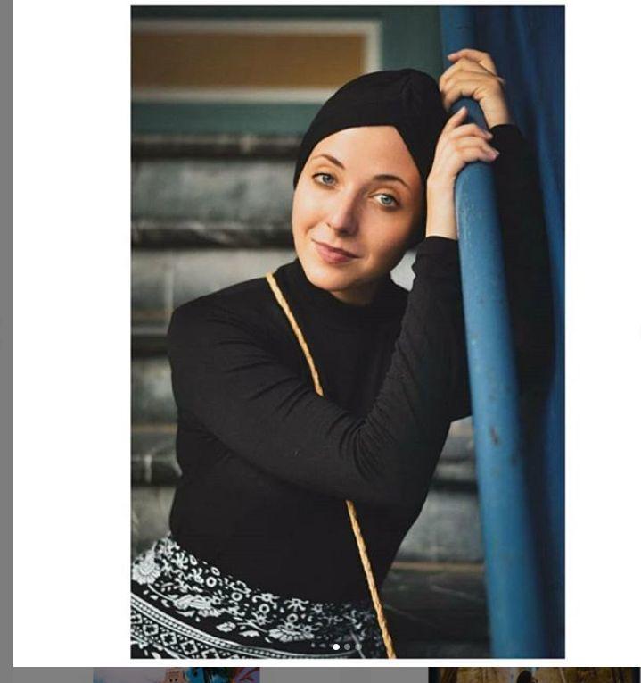 Anička nosí od chemoterapií různé pokrývky hlavy.